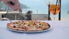 Pizza en la tabla en café almacen de metraje de vídeo