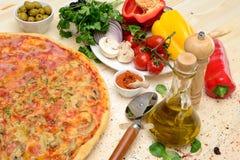 Pizza en la tabla de madera Imagen de archivo
