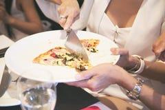 Pizza en plato Fotografía de archivo libre de regalías