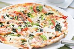 Pizza en plato Fotos de archivo libres de regalías