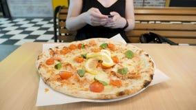 Pizza en restaurante almacen de video