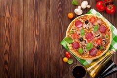 Pizza en rode wijn Stock Afbeeldingen