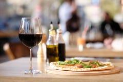 Pizza en rode wijn in restaurant Royalty-vrije Stock Foto's