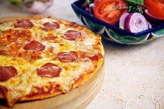 Pizza en salade Stock Afbeeldingen