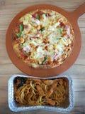 Pizza en spaghetti stock afbeeldingen