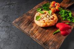 Pizza en tablero de madera de la pizza fotografía de archivo libre de regalías