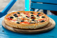 Pizza en un vector de madera Fotos de archivo libres de regalías