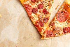 Pizza en una caja de cartón Imagen de archivo