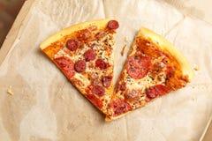 Pizza en una caja de cartón Fotos de archivo