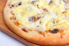 Pizza en una tarjeta de madera Foto de archivo libre de regalías