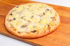 Pizza en una tarjeta de madera Fotos de archivo libres de regalías