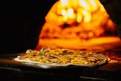 Pizza en van de baksteenpizza oven met brand Royalty-vrije Stock Foto
