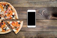 Pizza, entrega italiana do alimento, chamada ou ordem em linha no telefone móvel, celular, esperto foto de stock royalty free