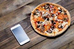 Pizza, entrega italiana do alimento, chamada ou ordem em linha no telefone móvel, celular, esperto imagens de stock royalty free