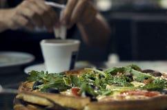 A pizza está em uma tabela na pizaria Imagens de Stock
