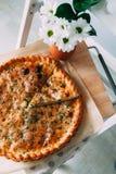 Pizza et fleur Image stock