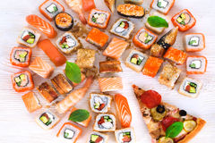 Pizza et sushi ensemble dans la vie immobile Photo stock