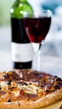 Pizza et vin Photographie stock