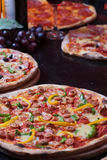 Pizza et vin italiens Image stock