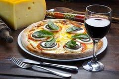 Pizza et vin pour le dîner image stock