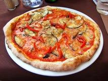 Pizza för aubergine och för röd peppar Arkivfoto