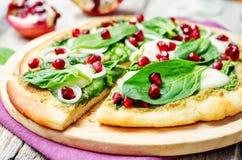 Pizza för granatäpple för lök för spenatpestomozzarella royaltyfri foto
