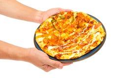 pizza för manhandhåll arkivbild