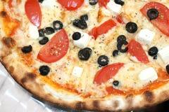 pizza för ostfetaolivgrön arkivfoton