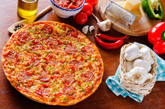 Pizza faite maison Photo stock