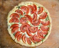 Pizza faite maison avec la photo de tomates et de feta Photographie stock libre de droits
