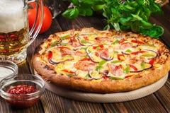 Pizza faite maison avec le lard, le paprika et le maïs Image libre de droits
