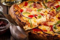 Pizza faite maison avec le lard, le paprika et le maïs Image stock