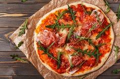 Pizza faite maison avec le prosciutto et l'arugula images libres de droits
