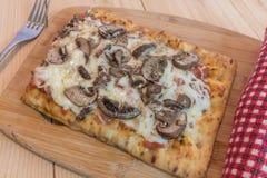 Pizza faite maison de champignon Image libre de droits