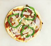 Pizza faite maison de salami, de fromage, de champignon et de paprika Photos libres de droits