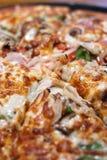Pizza faite maison de spécialité photos stock