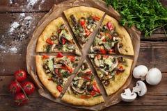 Pizza faite maison de vegan avec des tomates, des paprikas, des champignons et le fenouil sur une vieille table en bois Vue supér photo libre de droits