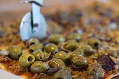Pizza faite maison fraîche Tonno avec l'olive photographie stock