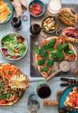 Pizza faite maison, hot-dogs, vin, bière et casse-croûte pour la bière Images stock