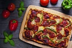 Pizza faite maison italienne Photos stock