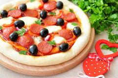 Pizza fatta a mano con salame, la mozzarella, le olive, la cipolla e la salsa al pomodoro Fotografia Stock Libera da Diritti