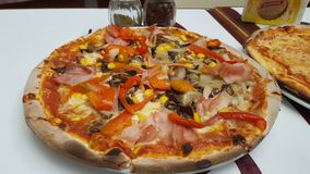 Pizza fina y curruscante de la corteza con la mozzarella, setas, salchichón del chesee de la cebolla del maíz imagen de archivo libre de regalías