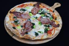 Pizza florentina de la corteza fina con tocino y espinaca imagen de archivo
