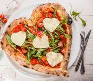Pizza a forma di del cuore fotografia stock libera da diritti