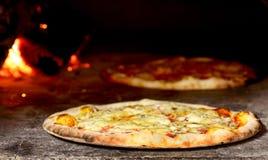 Pizza in forno Immagine Stock