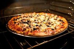 Pizza in forno elettrico Immagine Stock Libera da Diritti