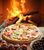 Pizza forno Legno-infornato sui precedenti immagine stock libera da diritti