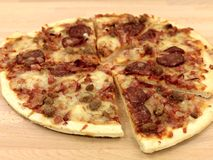 Pizza fraîche image stock