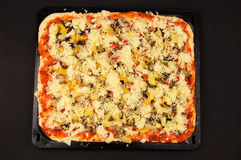 Pizza fraîche avant la cuisson Photo libre de droits