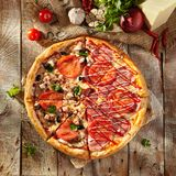 Pizza fraîche délicieuse Photo stock